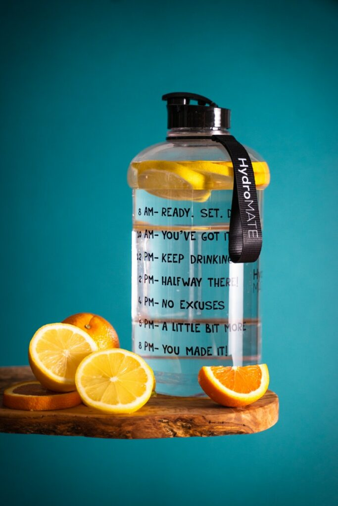 Prueba a aromatizar el agua con frutas.